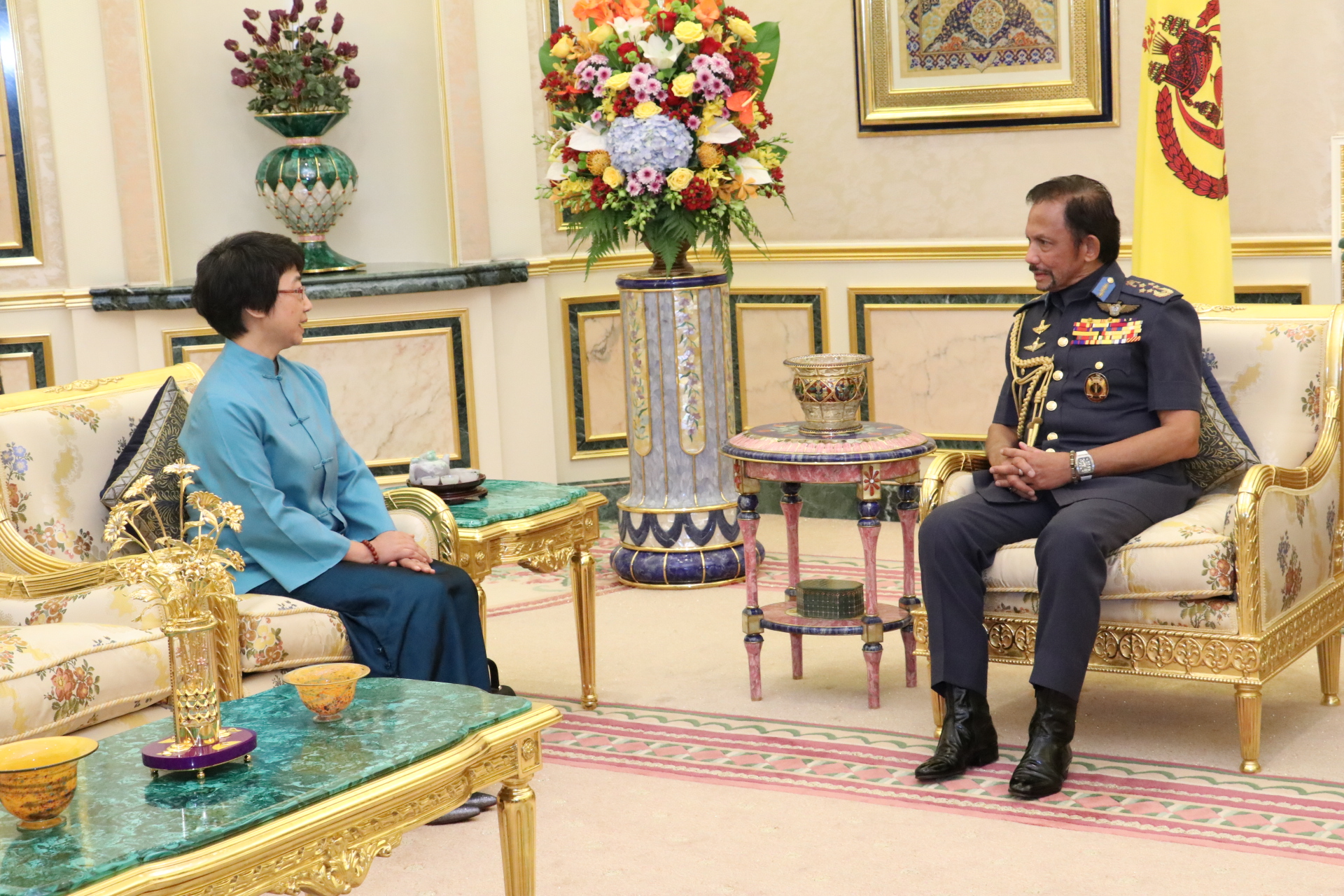 HIS MAJESTY THE SULTAN AND YANG DI-PERTUAN OF BRUNEI DARUSSALAM RECEIVES IN AUDIENCE THE OUTGOING AMBASSADOR EXTRAORDINARY AND PLENIPOTENTIARY OF THE PEOPLE'S REPUBLIC OF CHINA TO BRUNEI DARUSSALAM