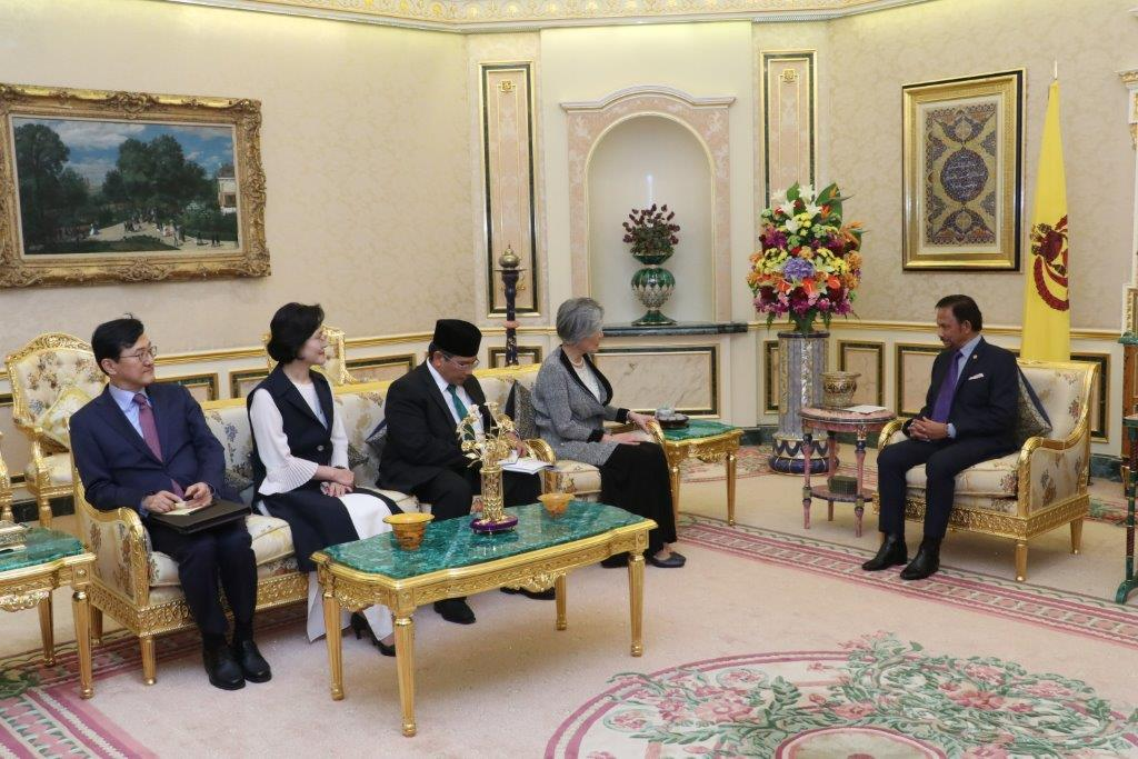 HIS MAJESTY THE SULTAN AND YANG DI-PERTUAN OF BRUNEI DARUSSALAM RECEIVES IN AUDIENCE HER EXCELLENCY THE MINISTER OF FOREIGN AFFAIRS OF THE REPUBLIC OF KOREA