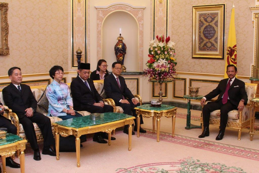HIS MAJESTY THE SULTAN AND YANG DI-PERTUAN OF BRUNEI DARUSSALAM RECEIVES HIS EXCELLENCY THE GOVERNOR OF THE GUANGXI ZHUANG AUTONOMOUS REGION